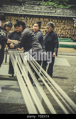 Dong women in Zhaoxing, Guizhou, weaving, traditional cultural skills, inheriting cultural heritage - Stock Photo