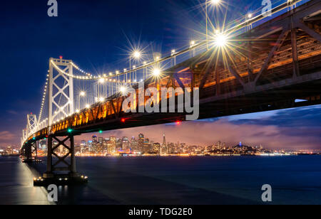 San Francisco has not only the prestigious Golden Gate Bridge, but the San Francisco Bay Bridge is also colorful. The bridge connects San Francisco to Oakland, one end is a downtown San Francisco building and at the other end is the home of the Warriors, which has been popular for nearly two years.