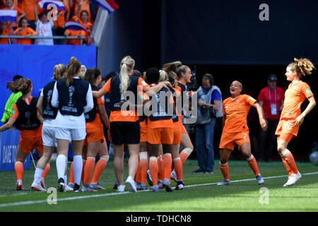 Valenciennes, Frankreich. 15th June, 2019. jubilation, Rejoicing, celebrate, happy, cheer, Goal Celebration Netherlands 2: 1 - Shanice van de Sanden (Netherlands, Netherlands, 7) and Jill Roord (Netherlands, Netherlands, 19) are dancing Together with goalschutzin Dominique Bloodworth (Netherlands, Holland, 20 ), 15.06.2019, Valenciennes (France), Football, FIFA Women's World Cup 2019, Netherlands - Cameroon, FIFA REGULATIONS PROHIBIT ANY USE OF PHOTOGRAPHS AS IMAGE SEQUENCES AND/OR QUASI VIDEO. | usage worldwide Credit: dpa/Alamy Live News - Stock Photo