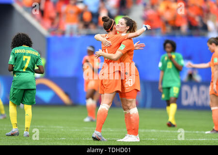 Valenciennes, Frankreich. 15th June, 2019. Netherlands, Netherlands, Holland, 4) Netherlands, Holland, 4) Embracing Dominique Bloodworth (Netherlands, Netherlands, 20), 15.06.2019, Valenciennes (France), Football, FIFA Women's World Cup 2019, Netherlands - Cameroon, FIFA REGULATIONS PROHIBIT ANY USE OF PHOTOGRAPHS AS IMAGE SEQUENCES AND/OR QUASI VIDEO. | usage worldwide Credit: dpa/Alamy Live News - Stock Photo