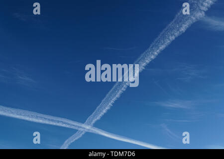 Crossed vapour trails, a near miss in the skies over New Zealand. - Stock Photo