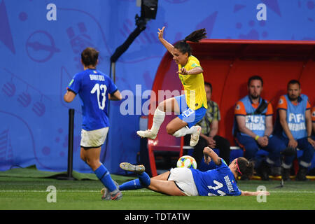 Valenciennes, Frankreich. 18th June, 2019. Barbara Bonansea (Italy) (11) clear the ball fair with Gratsche - Leticia Santos (Brazil) (13) jumps druber, 18.06.2019, Valenciennes (France), Football, FIFA Women's World Cup 2019, Italy - Brazil, FIFA REGULATIONS PROHIBIT ANY USE OF PHOTOGRAPHS AS IMAGE SEQUENCES AND/OR QUASI VIDEO. | usage worldwide Credit: dpa/Alamy Live News - Stock Photo