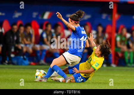 Valenciennes, Frankreich. 18th June, 2019. Leticia Santos (Brazil) (13) blasts Barbara Bonansea (Italy) (11) the ball away, 18.06.2019, Valenciennes (France), football, FIFA Women's World Cup 2019, Italy - Brazil, FIFA REGULATIONS PROHIBIT ANY USE OF PHOTOGRAPHS AS IMAGE SEQUENCES AND/OR QUASI VIDEO. | usage worldwide Credit: dpa/Alamy Live News - Stock Photo