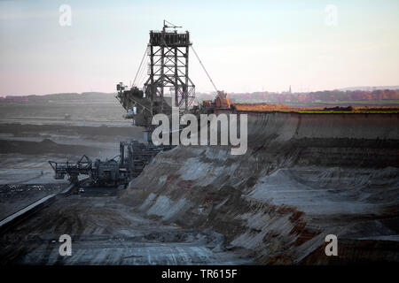 brown coal surface mining with bucket wheel excavator, Germany, North Rhine-Westphalia, Garzweiler, Juechen - Stock Photo