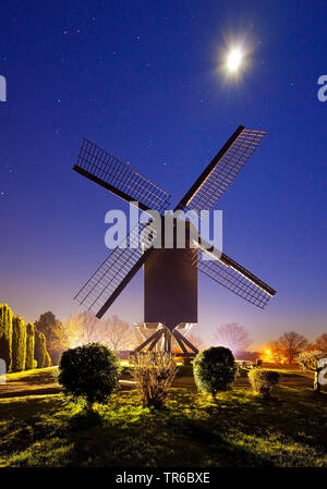 Bockwindmuehle in Toenisberg mit Vollmond, Deutschland, Nordrhein-Westfalen, Niederrhein, Kempen | post mill in Toenisberg with full moon, Germany, No - Stock Photo