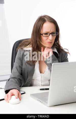 keptische Geschaeftsfrau bei der Arbeit im Buero   skeptic business woman at office   BLWS486069.jpg [ (c) blickwinkel/McPHOTO/M. Begsteiger Tel. +49 - Stock Photo