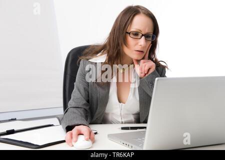nachdenkliche Geschaeftsfrau bei der Arbeit im Buero   business woman at office   BLWS486068.jpg [ (c) blickwinkel/McPHOTO/M. Begsteiger Tel. +49 (0)2 - Stock Photo