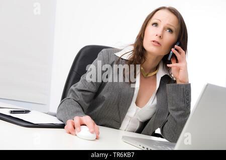 Geschaeftsfrau bei der Arbeit im Buero, telefoniert   business woman at office   BLWS486080.jpg [ (c) blickwinkel/McPHOTO/M. Begsteiger Tel. +49 (0)23 - Stock Photo