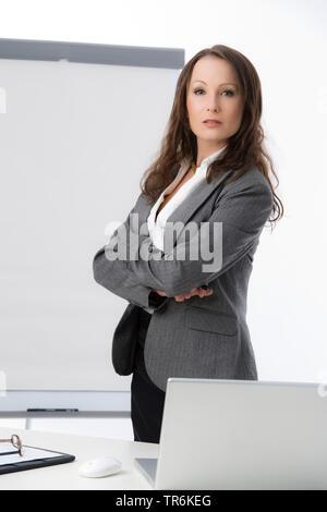 Businessfrau mit Flip-Chart | business woman with flip chart | BLWS486184.jpg [ (c) blickwinkel/McPHOTO/M. Begsteiger Tel. +49 (0)2302-2793220, E-mail - Stock Photo