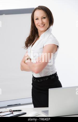 Businessfrau mit Flip-Chart | business woman with flip chart | BLWS486187.jpg [ (c) blickwinkel/McPHOTO/M. Begsteiger Tel. +49 (0)2302-2793220, E-mail - Stock Photo
