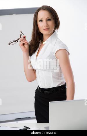 Businessfrau mit Flip-Chart | business woman with flip chart | BLWS486191.jpg [ (c) blickwinkel/McPHOTO/M. Begsteiger Tel. +49 (0)2302-2793220, E-mail - Stock Photo