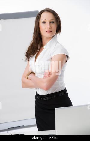 Businessfrau mit Flip-Chart | business woman with flip chart | BLWS486188.jpg [ (c) blickwinkel/McPHOTO/M. Begsteiger Tel. +49 (0)2302-2793220, E-mail - Stock Photo