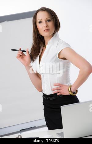 Businessfrau mit Flip-Chart | business woman with flip chart | BLWS486189.jpg [ (c) blickwinkel/McPHOTO/M. Begsteiger Tel. +49 (0)2302-2793220, E-mail - Stock Photo