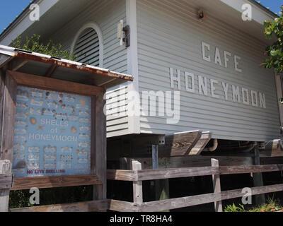 Honeymoon Cafe and Seashell Guide at Honeymoon Island State Park in Dunedin, Florida, USA, May 10, 2019, © Katharine Andriotis - Stock Photo