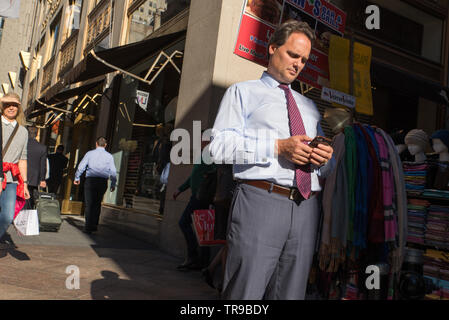 SMS-Nachrichten beim Überqueren der Straße könnten in NYC bald illegal werden. // Texting while crossing the street might soon become illegal in NYC / - Stock Photo