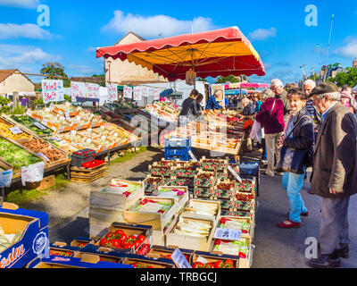 Fruit and veg for sale on market day in Les Hérolles, Vienne, France. - Stock Photo