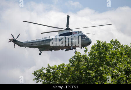 Westminster, London, UK. 3rd June 2019. Marine One arrives at Buckingham Palace, flying US President Donald Trump directly into the gardens at the rear of the Royal Palace for his State Visit. Credit: Malcolm Park/Alamy Live News. - Stock Photo