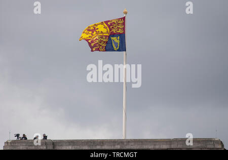 Buckingham Palace, London, UK. 3rd June 2019. Security above Buckingham Palace as the Royal Standard flies during the State Visit of the President and First Lady of the USA. Credit: Malcolm Park/Alamy Live News. - Stock Photo