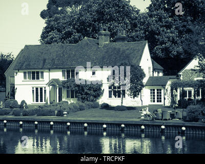 Man Relaxing in Carden, Riverside Cottage, River Thames, Mill End Village, Hambleden Lock,  Buckinghamshire, England, UK, GB. - Stock Photo