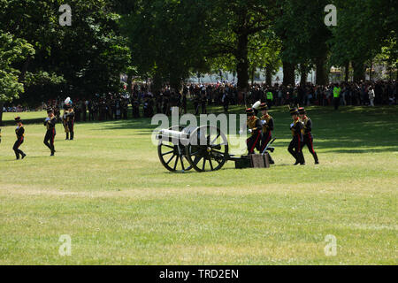 London, UK. 3rd June 2019. The Kings Troop Royal Horse Artillery in Green Park run into position to fire a 41 Gun Royal Salute in honour of the visit by Donald Trump, the President of the USA. Credit: Joe Kuis /Alamy - Stock Photo