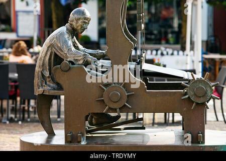 Weber am Gewerbebrunnen, Alter Markt, Altstadt, Deutschland, Nordrhein-Westfalen, Eifel, Euskirchen | sculpture fountain Gewerbebrunnen in the old cit - Stock Photo