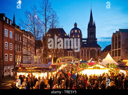 Christmas market in front of the Aachen Cathedral in the evening, Germany, North Rhine-Westphalia, Aix-la-Chapelle - Stock Photo