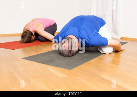 Frau und Mann machen Yoga-Uebungen, Europa | woman and man doing yoga, Europe | BLWS522592.jpg [ (c) blickwinkel/McPHOTO/M. Gann Tel. +49 (0)2302-2793 - Stock Photo