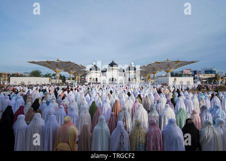 Muslims in Aceh pray Eid 1 Shawwal 1439 Hijri at the Baiturrahman Masjid Raya, Banda Aceh, Aceh province, Indonesia. Friday, June 15, 2018 - Stock Photo