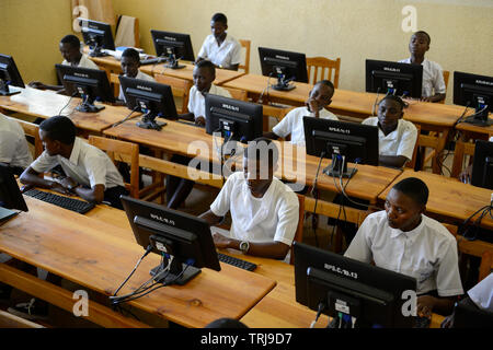 RWANDA, Butare, children in computer class in secondary school  / RUANDA, Butare, Kinder in einer Sekundarschule, Computer Klasse - Stock Photo