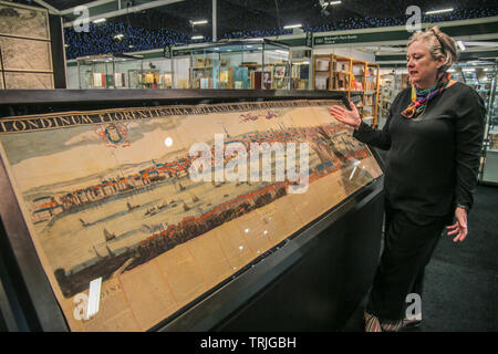 London 7 June 2019 The only known example of Frederick de Wit's monumental post- re panorama of London, previously unrecorded, in full original colour and complete with the letterpress text in Dutch and English. e panorama depicts London after the Great Fire of 1666, with several new churches being depicted for the first time, and is the earliest datable panorama to depict Sir Christopher Wren's design for St Paul's Cathedral, and the old London Bridge, asking price £200. Credit: Paul Quezada-Neiman/Alamy Live News - Stock Photo