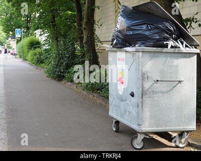 Müll-Container, Kehricht, Abfallsäcke - Stock Photo
