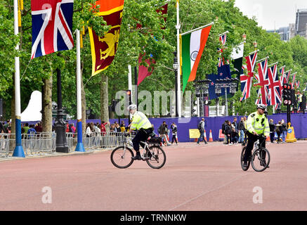 London, England, UK. Metropolitan police officers on bicycles in The Mall - Stock Photo