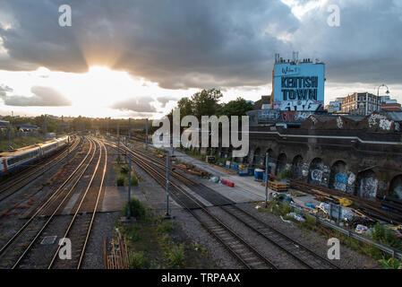 Bahngleise, die durch Kentish Town, London überschreiten // Train tracks passing through Kentish town, London. - Stock Photo