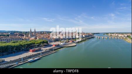 France, Saone et Loire, Macon, view on Saone river, the bridge and the city (aerial view) // France, Saône-et-Loire (71), Mâcon, vue sur la Saône, le - Stock Photo