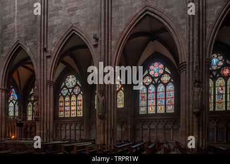 Freiburg im Breisgau, Münster Unserer Lieben Frau, Innenraum, Blick aus dem Mittelschiff zum südlichen Seitenschiff mit den mittelalterlichen Fenstern - Stock Photo