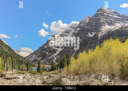 View of Maroon Bells from Crater Lake Trail in the Maroon Bells-Snowmass Wilderness, Colorado, USA. - Stock Photo