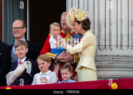 Picture sequence 2/6 dated June 8th shows Prince Louis sucking his thumb and then his mother Catherine, Duches of Cambridge  telling him to stop it at the Trooping the Colour in London today.   Prince William and Kate Middleton tried to stop little baby Louis from sucking his thumb as he made his debut Trooping the Colour appearance yesterday (Sat).  The 13-month-old was keen sucking his thumb as he was held by Prince William on the balcony of Buckingham Palace to watch the RAF fly-past.  But the Duke of Cambridge didn't seem too keen on Louis sucking his thumb in public and gently tried to pr - Stock Photo