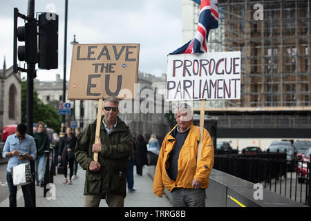 London, UK. 11th June 2019. Pro-Brexit protesters outside Parliament with the Union Jack, demanding prorogation. This will end the sitting of a Parliamentary session allowing the Executive to carry out its business of delivering a no-deal Brexit on 31 October, without interference from MP's. Credit: Joe Kuis / Alamy News - Stock Photo