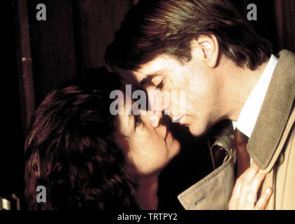 GENEVIEVE BUJOLD and JEREMY IRONS in DEAD RINGERS (1988). Copyright: Editorial use only. No merchandising or book covers. This is a publicly distributed handout. Access rights only, no license of copyright provided. Only to be reproduced in conjunction with promotion of this film. Credit: Mantle Clinic II / Album - Stock Photo