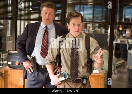 ALEC BALDWIN and MARK WAHLBERG in THE DEPARTED (2006). Copyright: Editorial use only. No merchandising or book covers. This is a publicly distributed handout. Access rights only, no license of copyright provided. Only to be reproduced in conjunction with promotion of this film. Credit: WARNER BROS PICTURES/VERTIGO ENTERTAINMENT/INITIAL ENTERTAIN / Album - Stock Photo