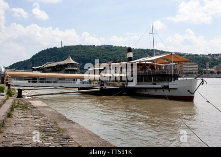 A view of the Citadella from the Pest bankof the River Danube. Lewis Mitchell. - Stock Photo