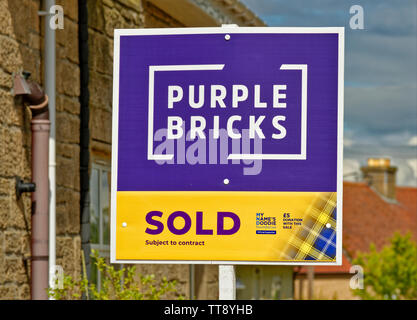 PURPLE BRICKS ON LINE ESTATE AGENCY SOLD SUBJECT TO CONTRACT SIGN OUTSIDE A HOUSE - Stock Photo