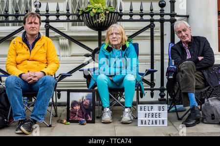 London, England, 16.06.2019. Richard Ratcliffe, husband of Nazanin Zaghari Ratcliffe who is in jail in Iran, staging an hunger strike and protest asking for his wife's immediate relief, photographed with his parents outside the Iranian Embassy. Credit: Ernesto Rogata/Alamy. - Stock Photo
