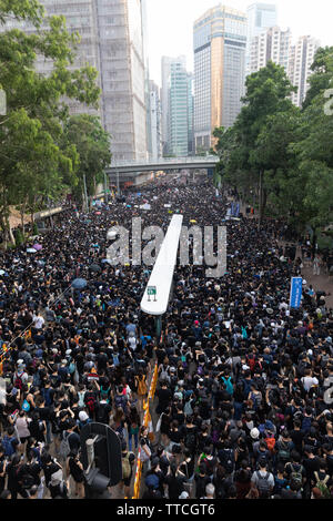 Hong Kong, China. 16th June 2019. Protesters take to the streets wearing black and carrying white flowers to express continued anger over handling of extradition law and the accompanying violence. Credit: Danny Tsai/Alamy Live News - Stock Photo
