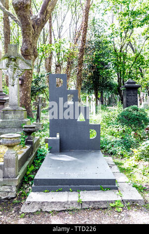 Humorous headstone saying 'Dead', Patrick Caulfield's grave at Highgate East Cemetery, London, UK - Stock Photo