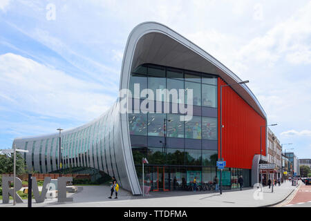 'The Curve' library and cultural centre, William Street, Slough, Berkshire, England, United Kingdom - Stock Photo