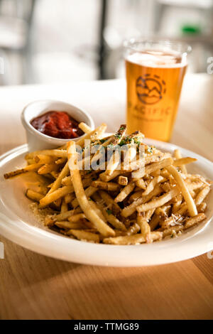 USA, Oregon, Bend, Pacific Pizza and Brew, garlic fries - Stock Photo