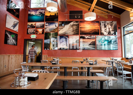USA, Oregon, Bend, Pacific Pizza and Brew, restauarant art tables - Stock Photo