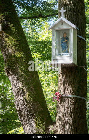 Saint-Germain-en-Laye (northern France): hiking trail Òsentier des oratoiresÓ (Oratory Trail). Statue of St Genevieve hanging on a tree - Stock Photo