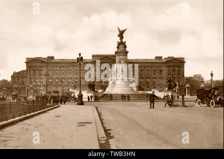 Buckingham Palace, Victoria Memorial, London, UK, ca 1920 - Stock Photo